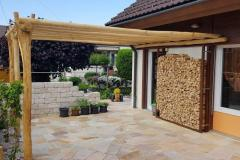 Pergola-granit-Holz-lang-drei-stuetzen