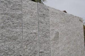 Stelen / Palisaden aus Tessinergneis hell Iragna - Flächen gespalten, Kanten gefräst - Breite 25 cm, Dicke 6 cm