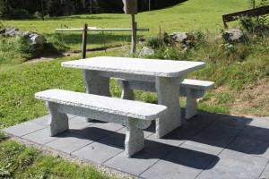 Granittisch Gottardo mit Sitzbänken.